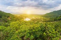 环境美化与绿草、树、山和日出与太阳火光 免版税库存图片