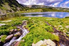 环境美化与Fagaras高地的一个冰河湖  免版税图库摄影
