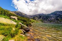 环境美化与Fagaras高地的一个冰河湖  免版税库存照片