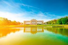环境美化与Gloriette纪念碑在美泉宫,维也纳 免版税库存照片