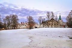 环境美化与Tsarskoe Selo冻池塘Fyodorovsky镇  图库摄影