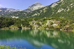 环境美化到Muratov峰顶和Eye湖, Pirin山 免版税图库摄影