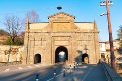 环境美化在名为波尔塔的老门Sant阿戈斯蒂诺 这是四个便门之一到老城市,贝加莫,意大利 图库摄影