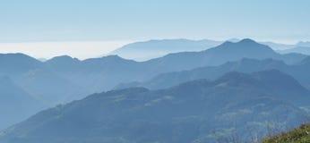 环境美化在小山和阿尔卑斯山与湿气在空气和污染 库存照片