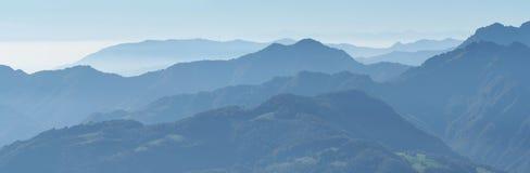 环境美化在小山和阿尔卑斯山与湿气在空气和污染 免版税图库摄影