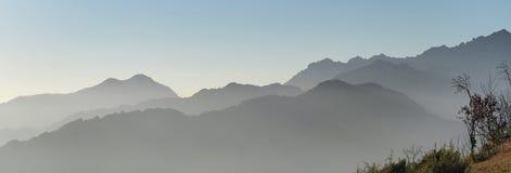 环境美化在小山和阿尔卑斯山与湿气在空气和污染 免版税库存照片