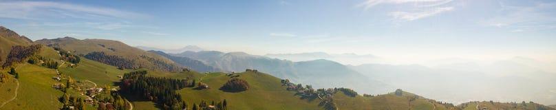 环境美化在小山和Orobie山与湿气在空气和污染 免版税库存图片