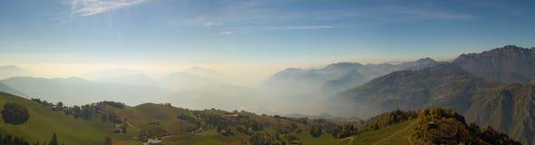 环境美化在小山和Orobie山与湿气在空气和污染 库存照片