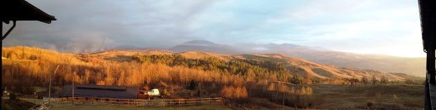 环境美化在晴朗的日出的小山 免版税库存图片
