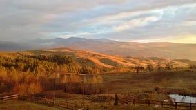 环境美化在晴朗的日出的小山 库存图片