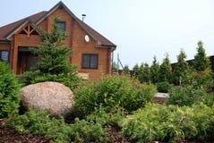 环境美化在有乡间别墅的站点 库存照片