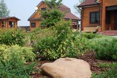 环境美化在有乡间别墅的站点 免版税库存照片