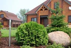 环境美化在有乡间别墅的站点 免版税库存图片
