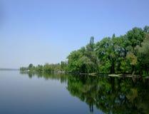 环境美化在有树的反射的河在水中 免版税库存图片