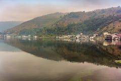 环境美化在湖告诉的Lago de Amatitlan在危地马拉 免版税库存照片