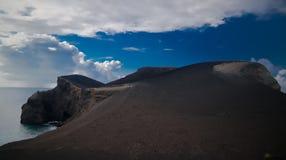 环境美化对Capelinhos火山破火山口, Faial,亚速尔群岛,葡萄牙 免版税库存图片