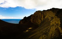 环境美化对Capelinhos火山破火山口, Faial,亚速尔群岛,葡萄牙 免版税库存照片