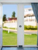 环境美化有看法通过与帷幕的一个窗口 免版税库存图片