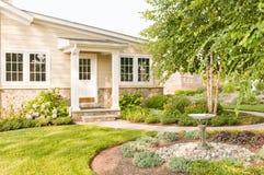 环境美化的后院房子 免版税库存图片