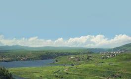 环境美化,湖的看法在山,青山,由岸的一个教堂中的 的臂章 免版税库存照片