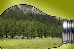 环境,全球性变暖和气候变化概念:为y进行下去的有拷贝空间的一个电灯泡美好的山全景 库存图片