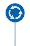 环形交通枢纽交叉路公路交通标志隔绝了蓝色,白色箭头,右手交通,大详细的特写镜头 免版税图库摄影
