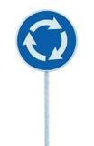 环形交通枢纽交叉路被隔绝的公路交通标志,蓝色,指向左手,大详细的特写镜头的白色箭头 库存照片