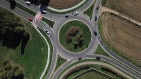 环形交通枢纽和车循环的鸟瞰图 股票录像