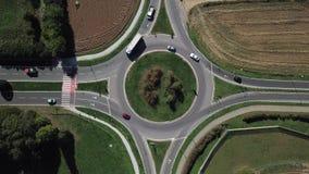 环形交通枢纽和车循环的鸟瞰图 股票视频