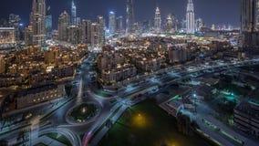 环形交通枢纽圈子路的鸟瞰图在从夜timelapse上的迪拜街市 r 影视素材