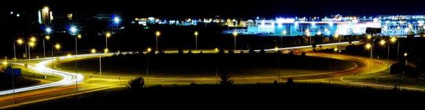 环形交通枢纽在晚上 库存照片