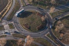 环形交通枢纽鸟瞰图在城市在冬天 图库摄影