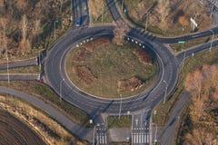 环形交通枢纽鸟瞰图在城市在冬天 免版税库存图片