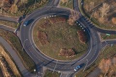 环形交通枢纽鸟瞰图在城市在冬天 库存照片