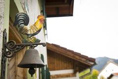 环形的传统老公鸡符号响铃 免版税库存照片