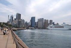 环形码头堤防在与一艘游轮的一多云天在港口 免版税库存图片
