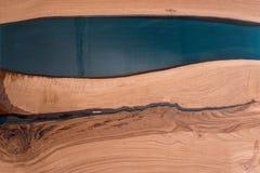环氧树脂在破裂的核桃断层块 艺术性处理木头 家具顶楼 现代陈设品 桌面 免版税库存照片