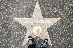环球电影制片厂,新加坡- 2013年3月27日:奥黛丽・赫本的星标志在街道上的在Unversal演播室 免版税库存照片