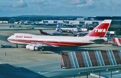 环球航空公司(TWA)准备好的波音B-747为JFK机场,纽约离去在2001年2月 图库摄影