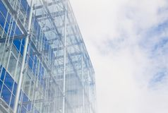 现代与天空的反射的企业玻璃大厦与云彩的在早晨薄雾期间 免版税库存照片