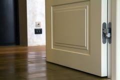 现代与木镶花地板和白色门的房子内部细节 在整修特写镜头以后的公寓 库存图片