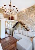 现代与楼梯的样式二高的客厅内部 免版税图库摄影
