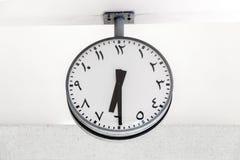 现代与阿拉伯通报的时钟圆形在拨号盘和手,显示时间6 :30 免版税库存图片
