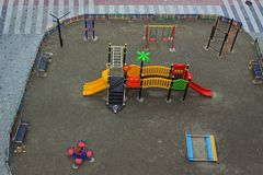 现代五颜六色的儿童操场 免版税库存图片