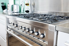 现代五颜六色的烹饪器材的厨房 免版税图库摄影
