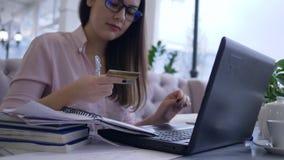 现代付款技术,成功的支付的自由职业者女性用途膝上型计算机在互联网上的服务有信用卡的 股票录像