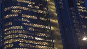 现代企业摩天大楼细节在晚上 空的办公室 免版税库存照片