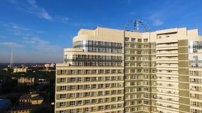 现代住宅复合体的顶视图与高美丽的房子的 夹子 在公寓的一个大窗口 许多 库存照片
