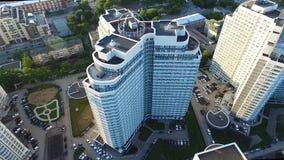 现代住宅复合体的顶视图与高美丽的房子的 夹子 在公寓的一个大窗口 许多 免版税图库摄影