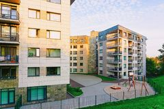 现代住宅家庭房子公寓外部儿童操场 库存图片